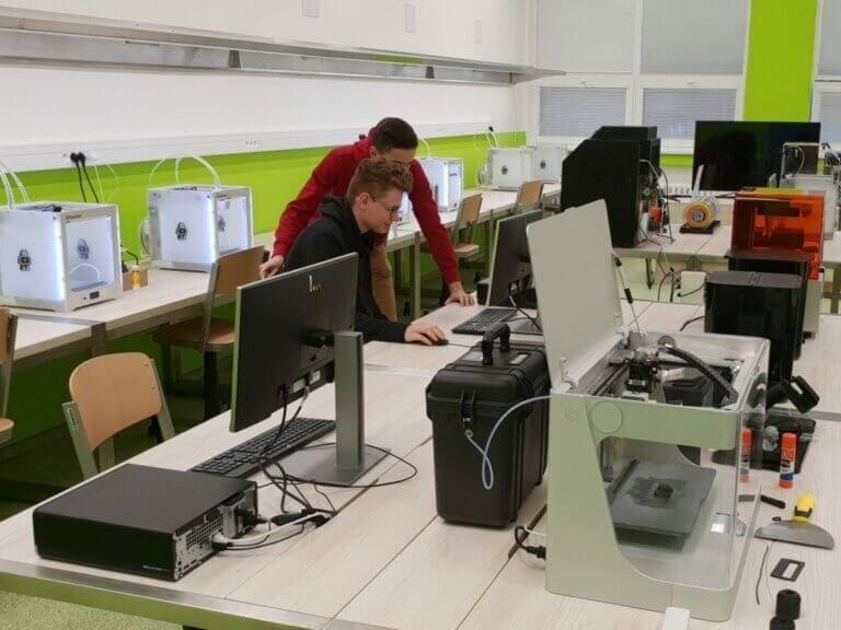 Špičkově vybavená laboratoř 3Dtisku prostředoškoláky
