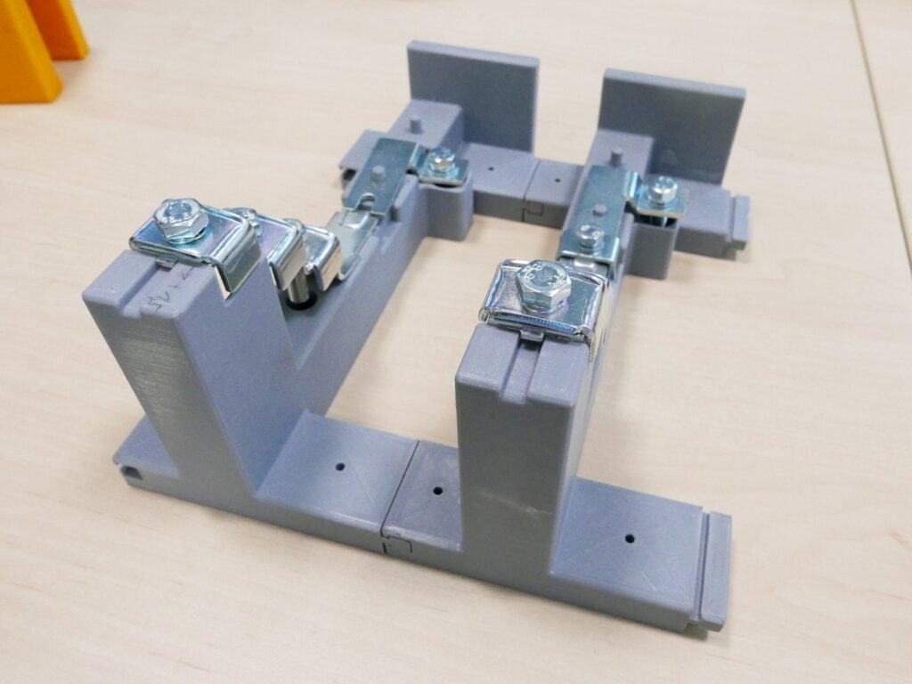 Zakládací přípravek vytištěný na Ultimakeru S5 řeší nevýhody původního složitého svařence náročného na výrobu. Mj. nemá ostré hrany a celková hmotnost je výrazně nižší, čímž se výrazně usnadňuje manipulace