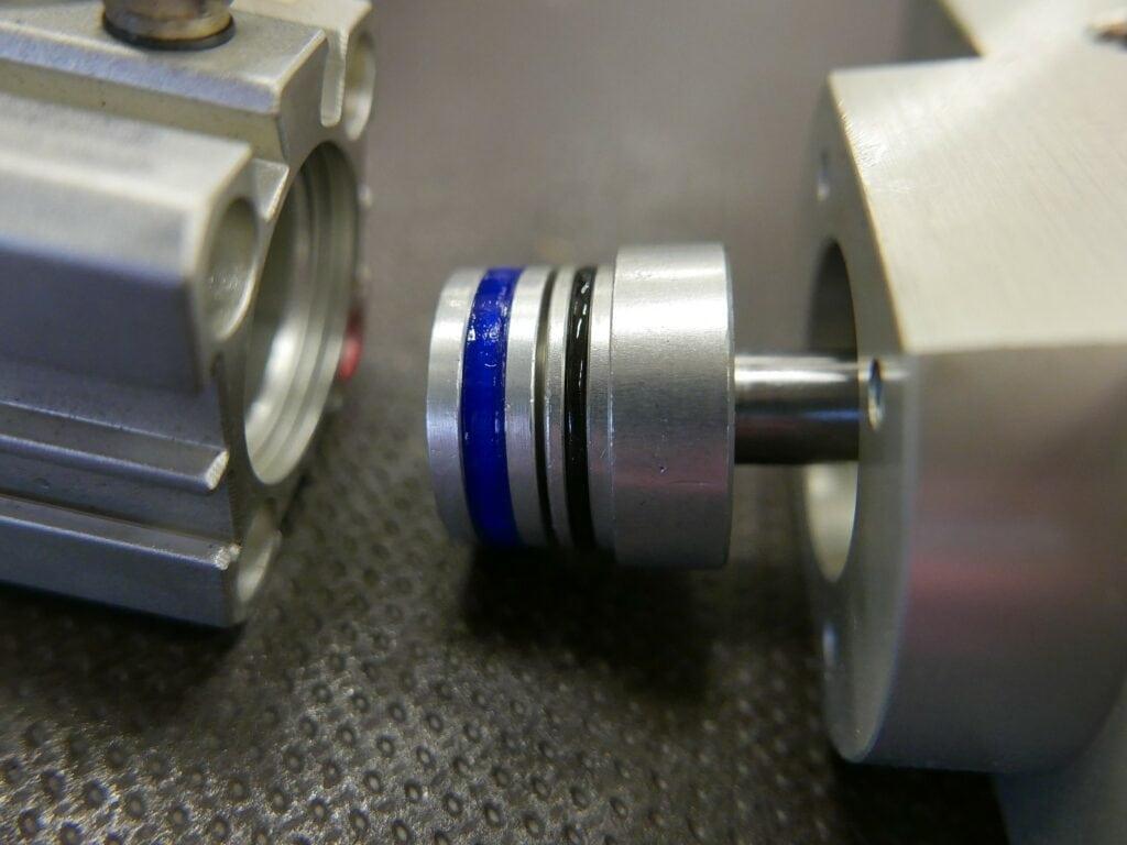 Těsnění vytištěné z pružného TPU 95A je náhradním dílem, který zabránil dlouhé odstávce stroje. Dodávka originální součásti by jinak trvala tři týdny. Výtisk je plně funkční, už se nemusí vyměňovat