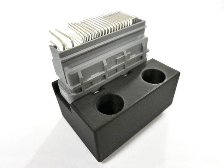 Jizerskohorská strojírna: Jedním z projektů, na kterém se ukázaly výhody 3D tisku z odolných a pevných kompozitů Markforged, jsou čelisti na zásuvku Bosch pro Harley-Davidson. Důraz zde je kladen na přesnost i pružnost. Výroba modelu pro CiS systems zabrala dvě hodiny, pracoval na něm jediný člověk. U frézování by bylo potřeba vyrobit dva díly a ty spojit. Díky 3D tisku z materiálu Onyx vznikl celý díl v jednom kuse – i s částmi v ostrém úhlu, které by frézováním nebyly dosažitelné