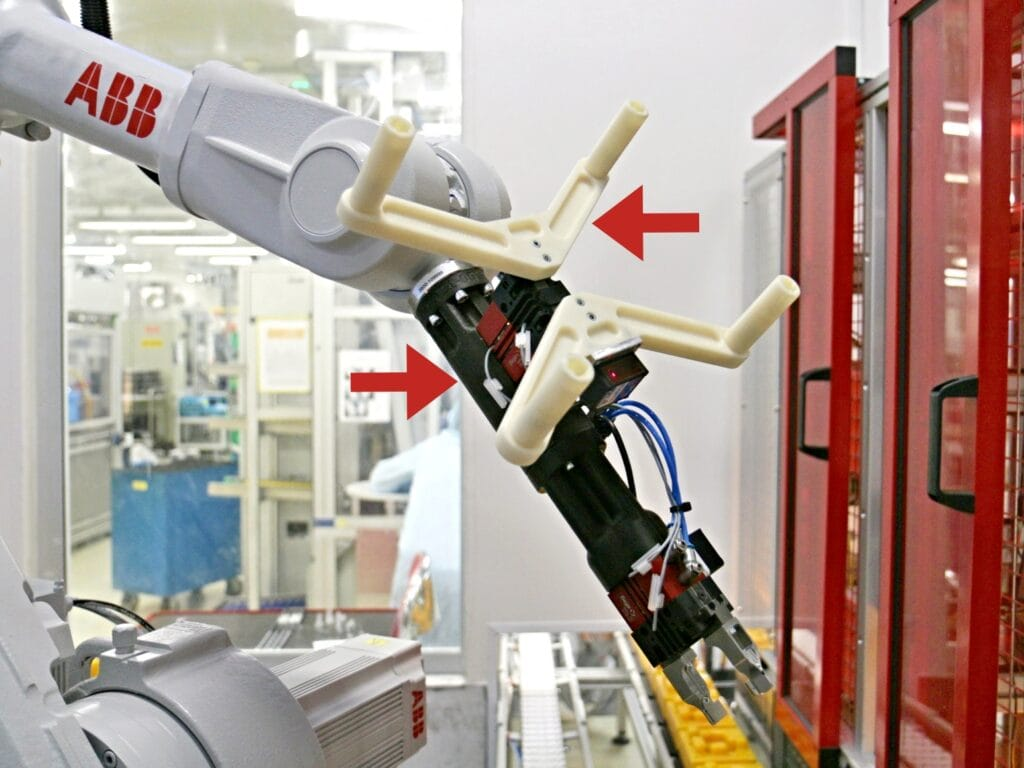Robotické rameno s tzv. gripperem v provozu společnosti Continental Automotive Czech Republic