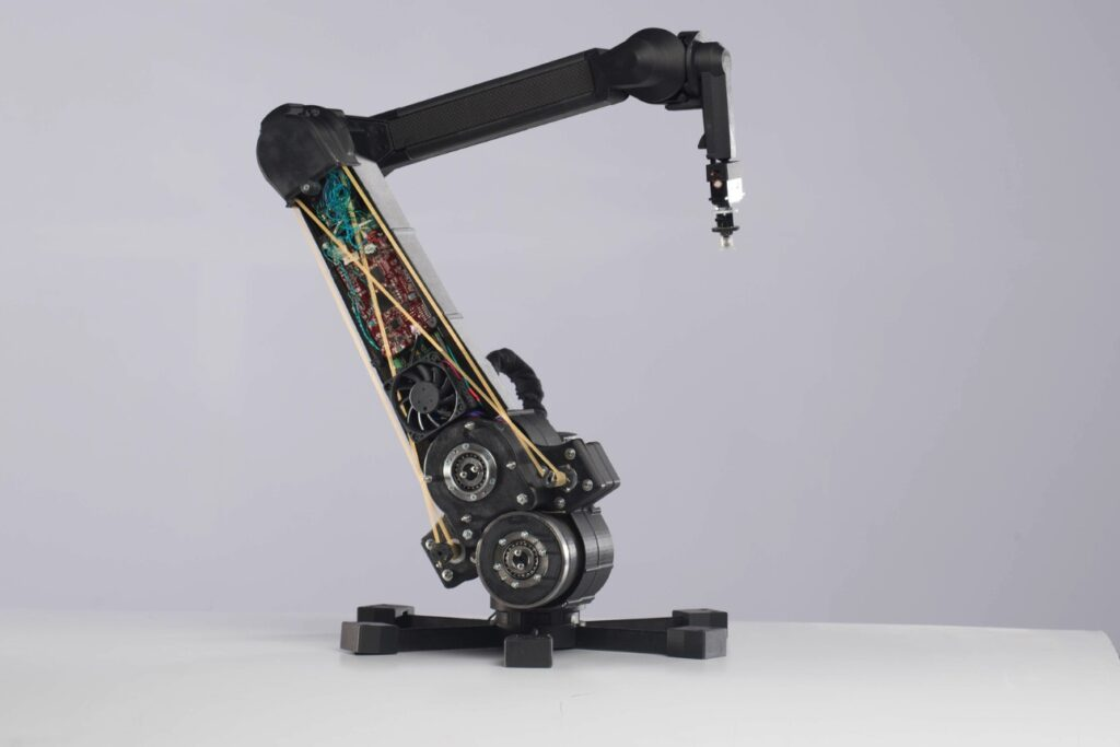Většina z dílů původní robotické paže Dexter, kterou vyvíjel od roku 2015 tým Haddington Dynamics jako open source projekt a kterou využívali v NASA, GoogleX či Toshibě, byla vytištěna z odolných kompozitů se spojitým karbonovým vláknem na 3D tiskárnách Markforged. Počet součástí díky tomu klesl z 800 na méně než 70, výroba byla rychlejší o 70 % a náklady spadly o více než polovinu
