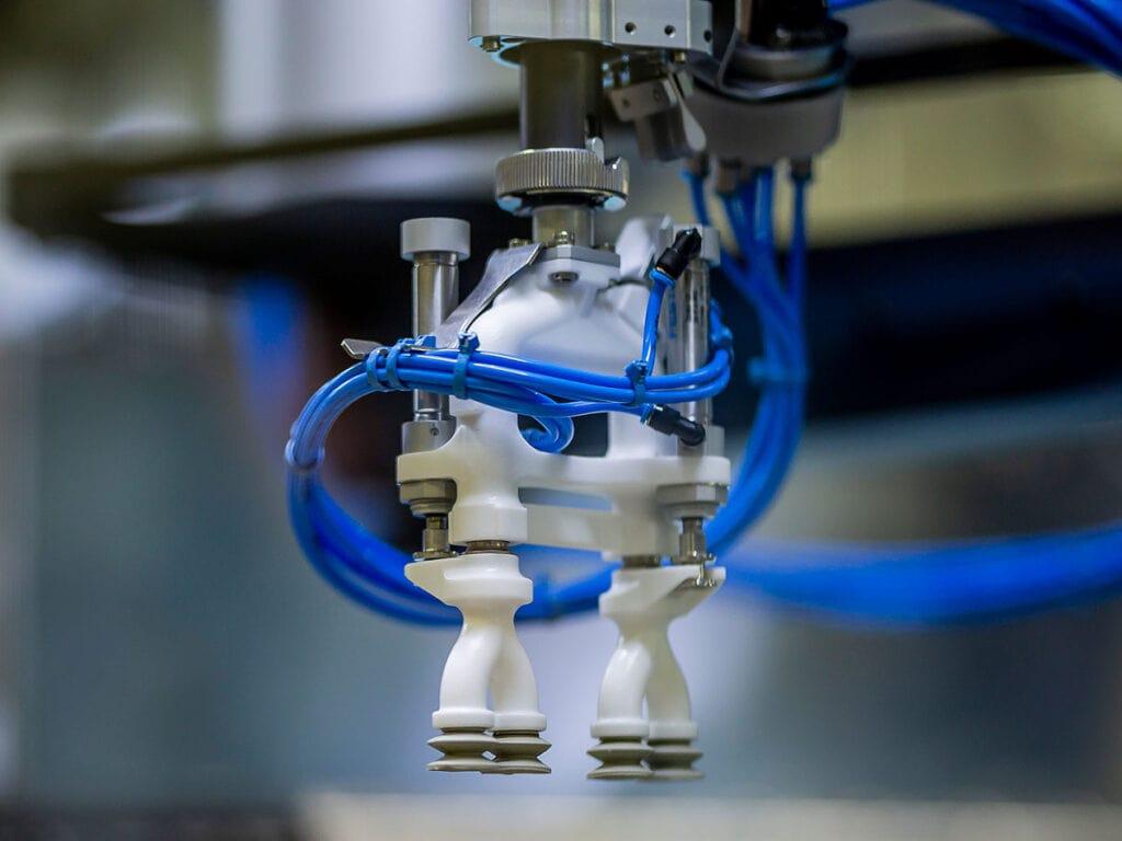 Speciální nástroj na stroji Schubert zajišťuje jemnou manipulaci s výrobky