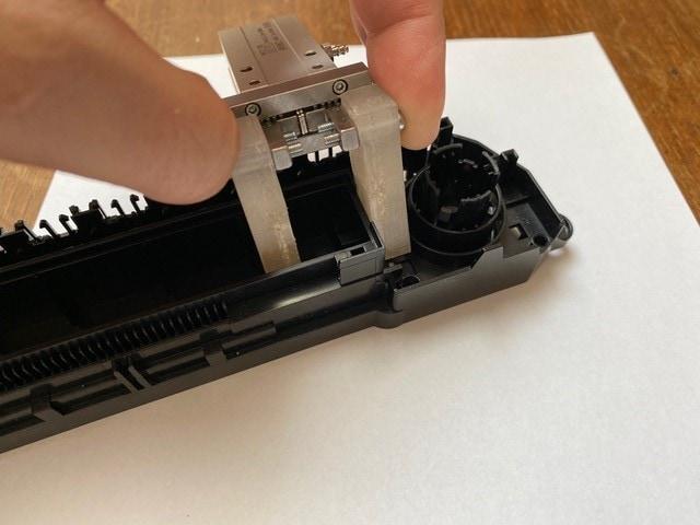Ukázka 3D výtisku robotické čelisti z materiálů ULT PC a BASF 80A LF (jednoho z úchopů) stroje na lisování palubních autodílů