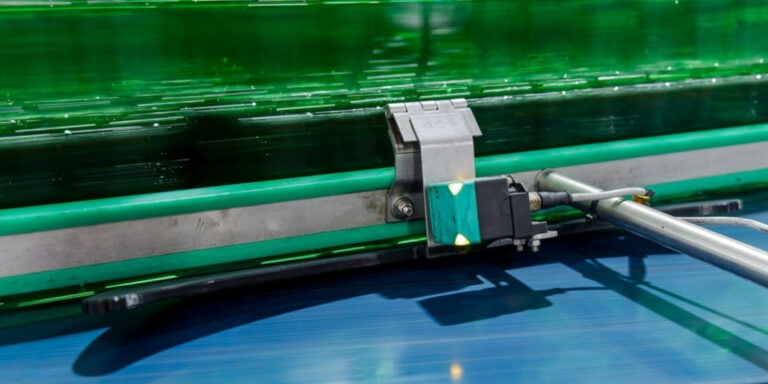 Heineken optimalizoval vodicí díl na dopravním pásu – nový díl vytištěný na 3D tiskárně zabraňuje zasekávání lahví